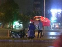 Đêm Sài Gòn mưa lớn và câu chuyện về người đàn ông đi SH khiến bao trái tim thổn thức