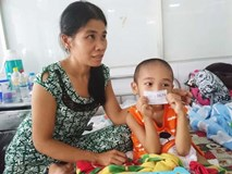 Người mẹ bất lực nhìn con trai 5 tuổi phải cắt thực quản, nửa người bị liệt hoàn toàn