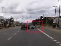 """""""Hồn nhiên"""" sang đường , xe máy nhận cú đâm chí tử khi vừa mở ga"""