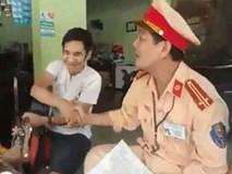 Xôn xao video cảnh sát giao thông ngồi hát với tài xế vi phạm trong khi xử phạt