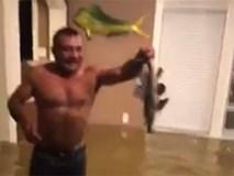 Nhà ngập trong biển nước sau siêu bão Harvey, 2 cha con ở Houston vẫn lạc quan bắt cá