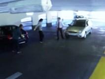 Va chạm trong bãi đỗ xe, tài xế hạ knock-out đối thủ