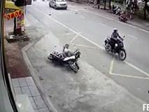 Phóng xe đâm vào ô tô, nam thanh niên trượt dài hàng chục mét trên đường