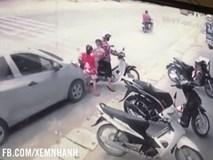 Clip: Ô tô chạy ẩu, tông 3 mẹ con đi xe máy ngã văng xuống đường