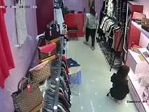 Clip gây bức xúc: Cô gái xinh đẹp đánh lạc hướng nhân viên bán hàng để lấy trộm chai nước hoa