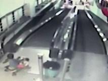 Cha mẹ bất cẩn, con trai nhỏ lái xe lắc lao thẳng từ thang cuốn xuống đất