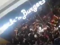 Video: Hàng trăm người chen lấn mua bánh kẹp giá sốc tại Philippines
