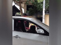 Nam thanh niên liên tiếp tung cước, đạp thẳng mặt cô gái ngồi trong xe