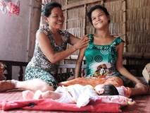 """Nhìn cách """"người mẹ điên"""" chăm sóc con gái sơ sinh 15 ngày tuổi ai cũng xúc động vì tình mẫu tử"""