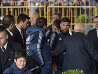 Bị lôi đi và bật khóc khi cố gặp Messi, cậu bé ngay lập tức nhận được món quà đặc biệt