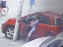Nữ tài xế dùng chân để phanh ô tô như đi xe đạp