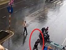 Bị tông xe ngã xuống đường, người đàn ông có hành động khiến tất cả đều phải cười chê
