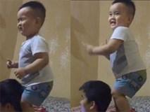 """Clip cậu bé 2 tuổi nhảy theo nhạc cực phiêu, nắm luôn tóc bố làm """"đạo cụ"""""""