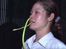 Cô gái ngậm liền 2 con rắn vào miệng khiến người xem rùng mình