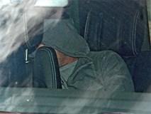 Rooney nấp sau ghế xe hơi khi rời đồn cảnh sát