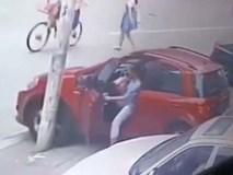 Dừng đỗ không chuẩn khiến ô tô bị trôi xuống đường, nữ tài xế đã làm một việc không tưởng