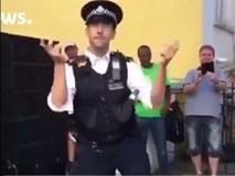 """""""Soái ca cảnh sát"""" gây chú ý với điệu nhảy tưng bừng trong lễ hội Notting Hill lớn nhất nước Anh"""