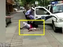 Tranh cãi với cảnh sát, mẹ đang bế con bị quật ngã sấp mặt vì lý do không thể chấp nhận