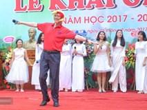 Hiệu trưởng trường Việt Đức hóa gà trống, vui vẻ nhảy múa bên học sinh trong lễ khai giảng