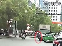 """Xe tải """"tông"""" trúng vào bà cụ, chèn bánh qua tay, vụ tai nạn khiến nhiều người bức bối"""