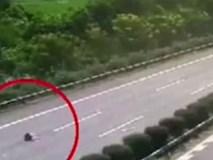 Cha ruột lái xe trong tình trạng buồn ngủ, con gái 13 tuổi bị hất văng xuống đường