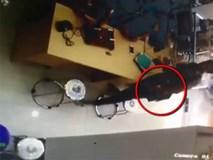 Clip: Màn trộm iPhone cực tinh vi trong cửa hàng điện thoại