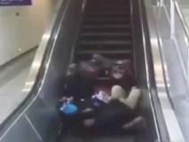 Mất thăng bằng, ba hành khách tại Trung Quốc đi thang cuốn bằng... lưng