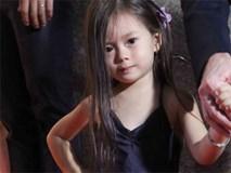 """Mang vẻ đẹp lai, con gái Đoan Trang """"thả dáng"""" trên thảm đỏ như siêu mẫu"""