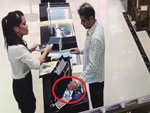 Nhân viên bán hàng bị khách nước ngoài cuỗm đồng hồ vàng hơn 200 triệu ngay trước mặt