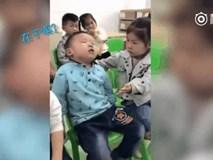 Ngủ gật suýt ngã, bé học sinh mẫu giáo được bạn gái ân cần chăm sóc gây sốt mạng xã hội