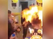 """Đang háo hức được thổi nến sinh nhật, bé gái bỗng biến thành """"quả cầu lửa"""" vì trò đùa của người thân"""