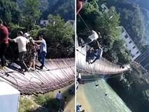 Bất chấp cảnh báo, hàng chục du khách ngã lộn từ cầu treo xuống sông