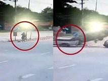 """Ô tô """"điên"""" tông liên hoàn 2 chiếc xe khác, người phụ nữ đứng ngay bên đường sống sót kỳ diệu"""