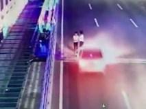 Video ám ảnh nhất trong ngày: Cô gái bị ô tô hất tung, bạn đi cạnh chẳng hề hay biết