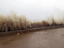 Sầm Sơn: Sóng đánh cao khoảng 5-6 m uy hiếp, gây nguy cơ vỡ bờ kè che chắn