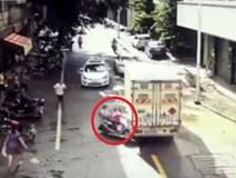 Cha mẹ bất cẩn, 2 con nhỏ phóng xe lao đầu vào ô tô