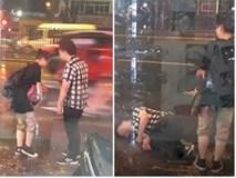 """Bất chấp mưa bão, chàng trai vẫn nằm lăn ra đường giả vờ ngất để """"ăn vạ"""" người yêu"""