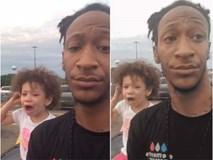 Con gái ăn vạ, gào khóc ầm ĩ ở siêu thị, ông bố cứ thế cầm điện thoại livestream