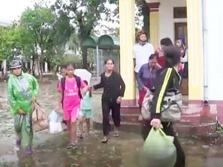 Dân bỏ nơi trú ẩn về nhà khi bão số 10 còn hoành hành