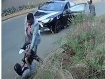 """Bị dí súng đe dọa vẫn ôm chặt túi xách, cô gái khiến toán cướp phải """"bó tay"""" bỏ đi"""