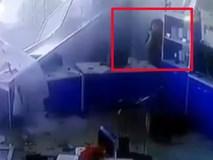Ô tô mất lái đâm vào toà nhà, nữ nhân viên may mắn thoát chết