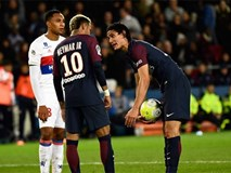 Neymar định đấm Cavani trong phòng thay đồ?
