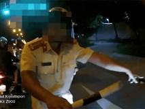 """Clip: Phóng mô tô hơn 100km/h, nam thanh niên giả vờ """"bắn"""" tiếng Anh như gió làm khó CSGT"""