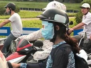 """Bức ảnh """"hot"""" trong ngày: Cô gái trẻ và cách chống nắng siêu độc trên đường"""