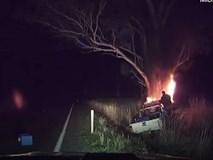 Người đàn ông mạo hiểm tính mạng, kéo tài xế bất tỉnh khỏi chiếc xe đang bốc cháy ngùn ngụt