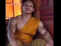 Nhà sư Thái Lan cơ bắp cuồn cuộn gây bão mạng