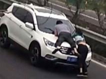 Không đòi được tiền, cô gái rủ người yêu mới leo lên nóc ca-pô xe hơi của bạn trai cũ để... ăn vạ