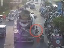 Clip: Ngồi chờ mẹ mua đồ, bé trai bị xe trộn bê tông kéo lê 30 mét trên đường