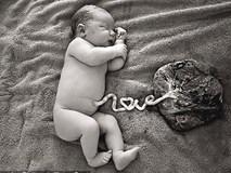 Cảnh báo mối nguy hiểm từ trào lưu không cắt dây rốn cho trẻ sơ sinh