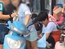 Sốc: Đang đi xe máy, sản phụ trẻ bất ngờ sinh con ngay giữa phố